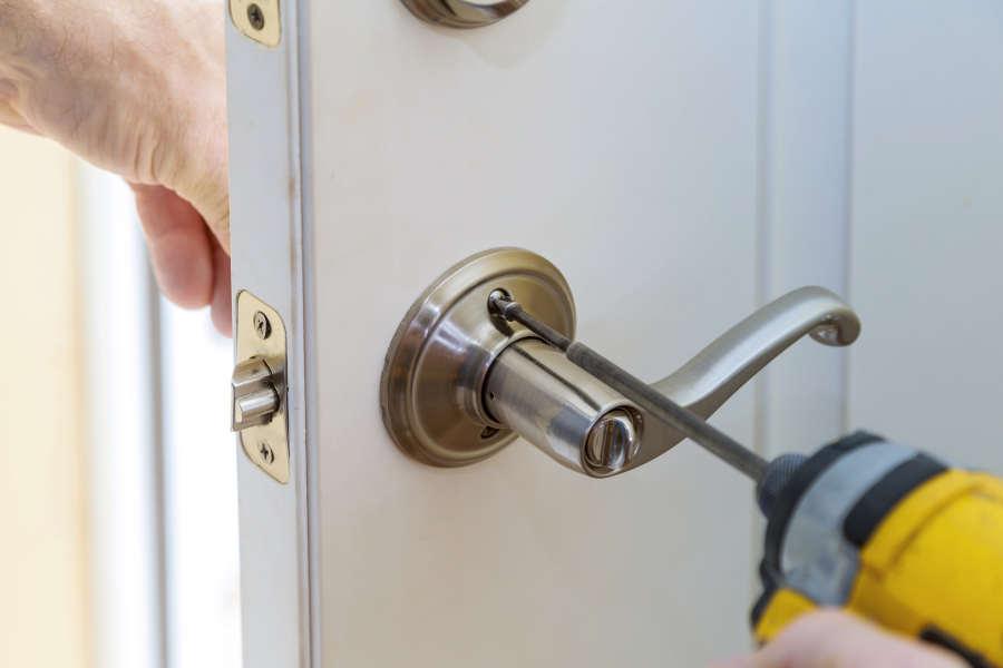 Cambiar cerradura puerta portal